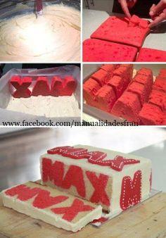 Pastel con nombre. Se hace el pan del color que quieran las letras, se cortan y en un molde con mezcla de otro color se acomodan formando el nombre, hornean y decoran a su gusto
