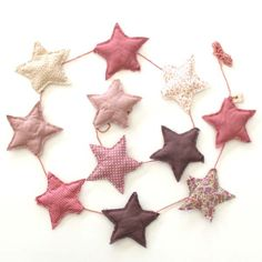 Numero 74 - Guirlande Etoiles - rose Need to try to do it Baby Sewing Projects, Sewing Crafts, Baby Decor, Kids Decor, Felt Christmas, Christmas Crafts, Diy Bebe, Star Garland, Baby Couture