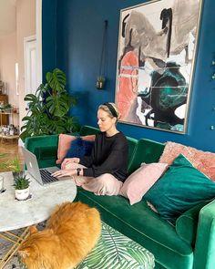 """𝓛𝓪𝓾𝓻𝓪 𝓜𝓪𝓰𝓮𝓮 поделился(-ась) публикацией в Instagram: """"Working from home life has become the norm for most of us now; it has its ups and has its downs.…"""" • Подпишитесь на аккаунт пользователя, чтобы увидеть 298 публикаций. Colourful Living Room, Living Room Green, Living Room Decor, Interior Design Living Room, Living Room Designs, Victorian Living Room, Room Colors, Paint Colors, Green Sofa"""