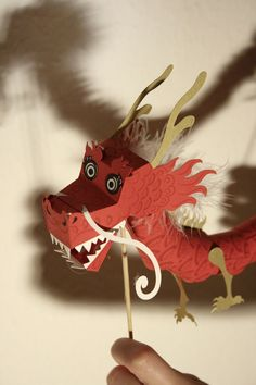 Happy lunar new year! 2012 is the year of the dragon and so I thought I'd make a little paper toy dragon freebie. I got carried away a little and so I now made 4 free printable paper dragon t… Chinese New Year Dragon, Year Of The Dragon, New Year's Crafts, Arts And Crafts, Diy Crafts, Dragon Puppet, Toy Dragon, Dragon Head, Deco Nouvel An