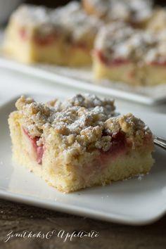 Zitroniger Erdbeer-Rhabarber-Kuchen mit Streuseln