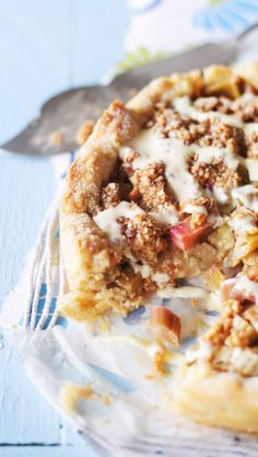 Kinuski-raparperipiirakka – katso resepti ja leivo! | Meillä kotona Baking Recipes, Cake Recipes, Good Food, Yummy Food, Sweet Pie, Sweet And Salty, Something Sweet, Desert Recipes, Let Them Eat Cake