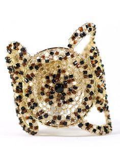 PULSEIRA CHRONUS - A bela Pulseira Chronus Leopardo é feita a mão em crochê com fio metálico. I Love Diy, Wire Crochet, Metal, Chains, Jewels, Beads, Jewelry Bracelets, Ear Rings, Glass Beads