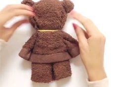 Cute do-it-yourself teddy bear completed in a minute. Made from a towel, rubber bands, and ribbon.