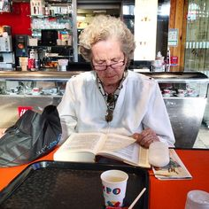 La dame du café.