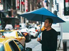 ネーゲルバーグ氏は、折り紙の原理を応用してふたつの傘を向かい合わせに重ねた構造をつくり出し、ふたつの平面が引っ張り合う力を利用することにした。同氏の説明によれば、互いにつながった外側の傘と内側の傘は、いっしょに広げられたり折りたたまれたりする。- WIRED | 強風でも壊れにくい、折り紙にヒントを得た「骨なしの傘」