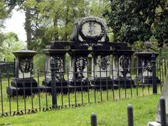 Probably on old Confederate family. Cemetery Headstones, Old Cemeteries, Cemetery Art, Graveyards, Hollywood Cemetery, Unusual Headstones, Gardens Of Stone, Grave Markers, Famous Graves