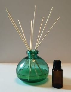 How to Make a Reed Diffuser with Essential Oils -- reed diffusers are easy and inexpensive to make, you can customize them to your decor, they make great gifts, and they& perfect for places where it& not convenient to plug in a diffuser (like bathrooms) Homemade Reed Diffuser, Diffuser Diy, Reed Diffuser Oil, Essential Oil Diffuser, Essential Oil Blends, Diffuser Blends, Doterra Essential Oils, Planer, Homemaking