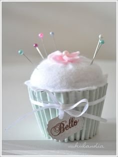 How to make a cupcake pin cushion. Needle Book, Needle Felting, Club Couture, Felt Crafts, Diy And Crafts, Summer Crafts, Diy Craft Projects, Sewing Projects, Sewing Hacks