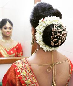 10 creative hairdos for your big day in 2019 indian low bun Hairstyles For School, Braided Hairstyles, Indian Hairstyles, Bridal Hair Buns, Medium Hair Styles, Long Hair Styles, Hilario, South Indian Bride, Indian Beauty Saree