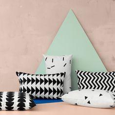 """Das Kissen """"Black Mini Triangle"""" von ferm Living ist eine moderne Möglichkeit Akzente zu setzen."""