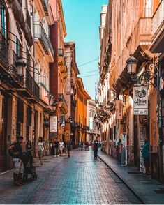 ¿Domingo de paseo por El Centro? 👫☀️ . . . Valencia Click 🚏 . . . 🔝 • 🔝 • 🔝 •🔝 • 🔝 • 🔝 . #valencia #spain #visitvalencia #visitspain… Valencia, Big Town, Spain, Street View, High Fashion, Domingo, Antigua, Centre, Sevilla Spain