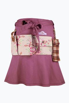 Garden Girls omlottkjol till trädgårdsarbete är en multifunktionell omlottkjol som fungerar både som förkläde och kjol. Praktisk modell med vacker klockad skärning, perfekt för trädgårdsarbete under varma sommardagar. Generös passform som passar alla. <br>- Tre fickor för diverse trädgårdsverktyg. <br>- D-ring med kardborrfäste. <br>- Avtagbar mobilficka. <br>Långt knytband i midjan. En storlek.     <br>Höjd ca 86 cm <br>Skärplängd ca 265 cm. <br><br>100% bomull<br>Tvätt 60° ELLOS