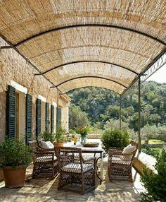 Varanda com pergolado de bambu.