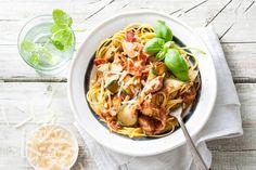 Glutenvrij wordt een feestje met deze spaghetti met courgette, kip en pancetta van Elize Vis - Recept - Allerhande