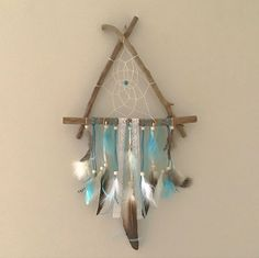 Attrape-rêves en bois flotté aux couleurs turquoise et blanche Decoration, Dream Catcher, Creations, Home Decor, Turquoise Color Schemes, Bad Dreams, Decor, Dreamcatchers, Decoration Home
