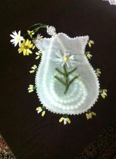 Tespih kesesi Turkish Fashion, Needle Lace, Crochet Lace, Tatting, Needlework, Diy And Crafts, Weaving, Cross Stitch, Brooch