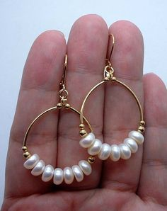 Smooth White Fresh Water Pearls Gold Hoop Earrings These use the handcuffed section of tubing Gold Bar Earrings, Circle Earrings, Beaded Earrings, Beaded Jewelry, Stud Earrings, Flower Earrings, Cute Jewelry, Pearl Jewelry, Jewelery