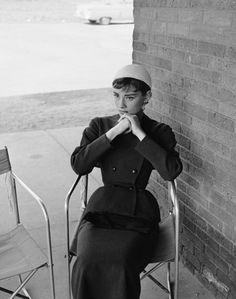 Audrey hepburn em givenchy, 1953. Sinónimo de perfeição, quer com Hubert, quer com Riccardo: http://www.vogue.xl.pt/moda/especiais/4583-livro-de-história-givenchy.html
