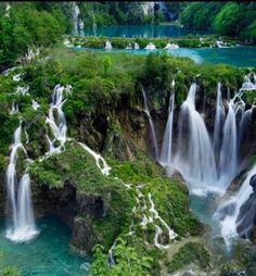 Los Lagos de Plitvice, Parque Nacional en Croacia con Lagos, cascadas, riachuelos, rodeados de densa vegetación, es Patrimonio de la Humanidad y suele ser considerado uno de los parajes naturales más bellos de Europa. Gran parte de su fama la debe al fascinante color azul turquesa que adquiere el agua en algunos de sus lagos.