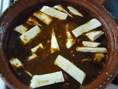 Huevos en salsa de chile pasilla con rajas de queso fresco.  Una buena salsa de pasilla espesa y sazonada, sofrita y luego los huevos revueltos, con queso encima a la hora de servir. Se acompañan con frijoles refritos y tortillas del comal por supuesto!