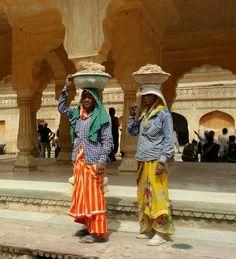 Mujeres trabajando en la construcción, siempre usando sus saris.