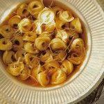 I tortellini in brodo, nati nella gastronomia emiliana e bolognese poi hanno conquistato il mondo.