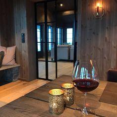 """111 gilla-markeringar, 19 kommentarer - Hytte Venabygdsfjellet (Marit) (@hyttapavenabygdsfjellet) på Instagram: """"Hva gjør vel litt regn og ruskevær ute når det er så koselig inne🍷⛰🌧 God helg😍  Elsker høsten på…"""" Kos, Red Wine, Alcoholic Drinks, Glass, Drinkware, Corning Glass, Liquor Drinks, Alcoholic Beverages, Aries"""
