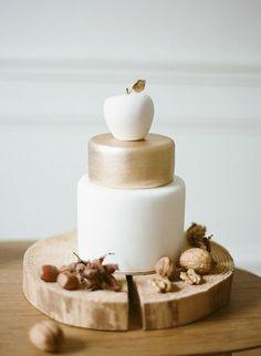 Свадебный торт, украшенный яблоком
