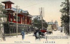 横浜本町通り。左はサムライ商会。 Japan Landscape, Meiji Era, Old Photography, Retro Ads, Yokohama, Old Photos, Past, Street View, Japanese