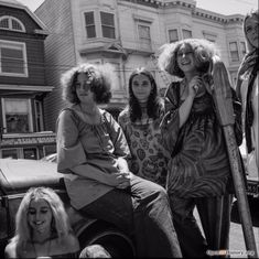 12 historic photos of San Francisco's radical Haight-Ashbury district Hippie Pictures, Retro Pictures, Hippie Love, Hippie Bohemian, Woodstock, Hippie Photography, Haight Ashbury, Hippie Flowers, Age Of Aquarius