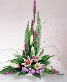 The size of the flowers and the line flowers create a focal at the bottom of the arrangement.