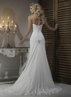 Há quem goste de muito brilho, decotes e detalhes, mas para as noivas mais clássicas, que preferem a simplicidade, esse vestido é perfeito! A beleza dele está toda no bordado simples, no movimento ...