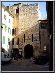 La commune Varoise d'Aups possède les restes habités de ses remparts médiévaux ainsi qu'un château du Moyen Âge. Les 2 sont si imbriqués que leurs découvertes ressemblent à un jeu de piste.