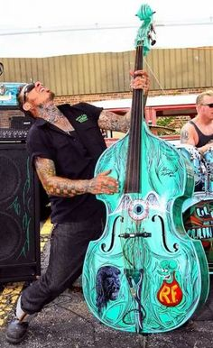 That bass though. What feeling it invokes! Mode Rockabilly, Rockabilly Music, Rockabilly Fashion, Bass Guitar Notes, Bass Guitar Lessons, Psychobilly, Quentin Tarantino, Wes Anderson, Pinup