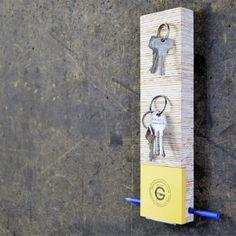 Grande Fabrique, petite marque de design artisanal, est une histoire de famille où les objets sont entièrement conçus et fabriqués par le père et ses deux fils en France (Strasbourg pour la conception et Mont de Laval pour la fabrication).  Patrick, le père, diplômé des Beaux-Arts, maquettiste et scénographe de profession, fabrique et assemble lui-même les objets dans son atelier. Luc, l'aîné, diplômé de l'Ecole Nationale Supérieure d'Architecture de Strasbourg, conçoit et imagine le…