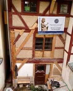 Nürnbergin vanhasta kaupungista löytyi tietysti myös keskeneräisiä restaurointityömaita. Tämän talon korjausta oli ohjaamassa paikallinen museovirasto joka liputtaa komeasti tukemiensa kohteiden julkisivuissa. Ristikkorakenteen seinäosuudet on korjattu kuitueristelevyllä joka rapataan tiiviin pinnan saavuttamiseksi kalkkirappauksella. Huomaa herkut: hirsipaikot tapituksineen. #denkmal #restaurointi #rakennusperintö #byggnadsvård #fachwerkhause