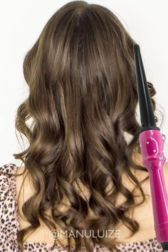 Como enrolar o cabelo com babyliss |  Loose waves hair tutorial Glam Makeup, Messy Hairstyles, Curly Hair Styles, Hair Accessories, Videos, Beauty, Beautiful, Loose Curls, Messy Hair