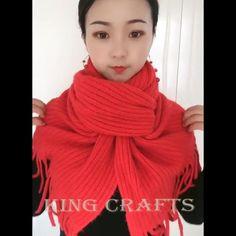 scarf videos how to wear a winter Ways To Tie Scarves, Ways To Wear A Scarf, How To Wear Scarves, Silk Scarves, Scarf Wearing Styles, Scarf Styles, Scarf Knots, Diy Scarf, Diy Fashion Hacks