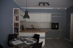 Biało-Szara kuchnia z wpuszczanymi uchwytami meblowymi #meblekuchenne #kuchnia #białakuchnia #szarakuchnia #meblenawymiar #filmarmeble #wnętrza #furniture #kitchen #interior #homedecor #design #ceramikaparadyz #amica #magnat #blekitnytopaz