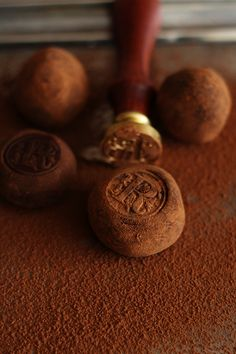 Use a stamp to decorate your chocolate truffles Vino Y Chocolate, Chocolate Bonbon, Chocolate Dreams, Love Chocolate, Chocolate Peanuts, Chocolate Truffles, Chocolate Lovers, Chocolate Recipes, Dark Food Photography