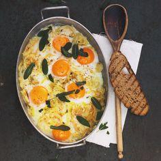 Von wegen Junggesellen-Essen: Im Zwiebelbett und mit Salbei getoppt schmeckt Spiegelei auch Gourmets. Foto: Thomas Neckermann