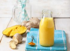 5 Breakfast Smoothies That Can Help Slash Inflammation and Burn Fat Smoothie Cacao, Smoothie Curcuma, Smoothie Fruit, Healthy Fruit Smoothies, Turmeric Smoothie, Smoothie Prep, Breakfast Smoothies, Healthy Fruits, Smoothie Recipes