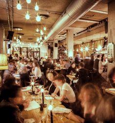 Gezellig wat eten en drinken met vrienden in een grand cafe