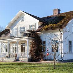 """Boningshuset på gården Lakvik är byggt i slutet av 1800-talet. När man beskriver gården Lakvik utanför Åtvidaberg är ordet idyll nästan i underkant. Hästarna betar i den stora hagen. På en kulle tornar det stora huset med två flyglar upp sig. På gräsmattan går några hönor och pickar. Och från verandan, med den fina trägungan, har man utsikt över en liten sjö. """"När vi träffades bodde vi i var sin lägenhet i Linköping. Det tog nog nästan ett år innan Björn berättade om gården."""" Bright Homes, Swedish House, House With Porch, Simple House, Country Style, Exterior Design, Sweet Home, New Homes, Farmhouse"""