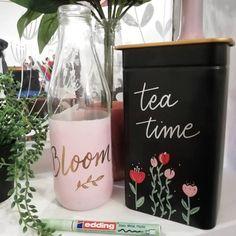 Noëlie | Calligraphique (@calligraphique) • Photos et vidéos Instagram Tea Time, Bloom, Glass, Photos, Instagram, Fake Calligraphy, English Handwriting, Marker, Objects