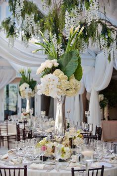 Centro de mesa con flores y hojas naturales