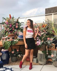 Look do dia  Levis  Camiseta Levis  Bota vermelha  Saia   Chá de lingerie  Despedida de solteira  Niina Secrets  Chá da Niina  Despedida de solteira Niina