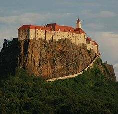 Castle Architecture - Natural Defenses- Riegersburg Castle is situated on a dormant volcano above the town of Riegersburg in the state of Styria in Austria. Castle Ruins, Medieval Castle, Beautiful Castles, Beautiful Buildings, Palaces, Photo Chateau, Castle In The Sky, Architecture Old, Fortification