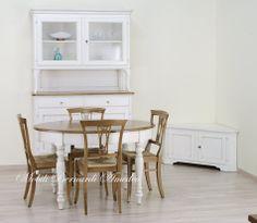 Tavolo ovale allungabile con gambe tornite e credenza con alzata in legno massello finitura country bianco anticato, top in rovere massello.